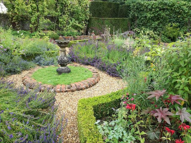 Herb Garden, ogród ziołowy, ścieżka żwirowa