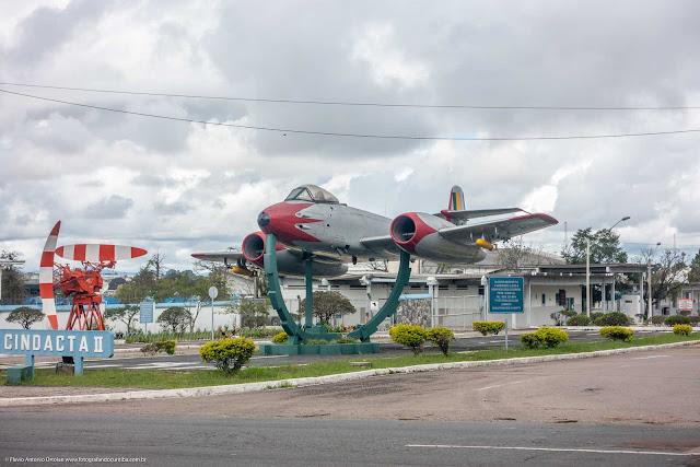 Monumento com p primeiro avião a jato da Força Aérea Brasileira