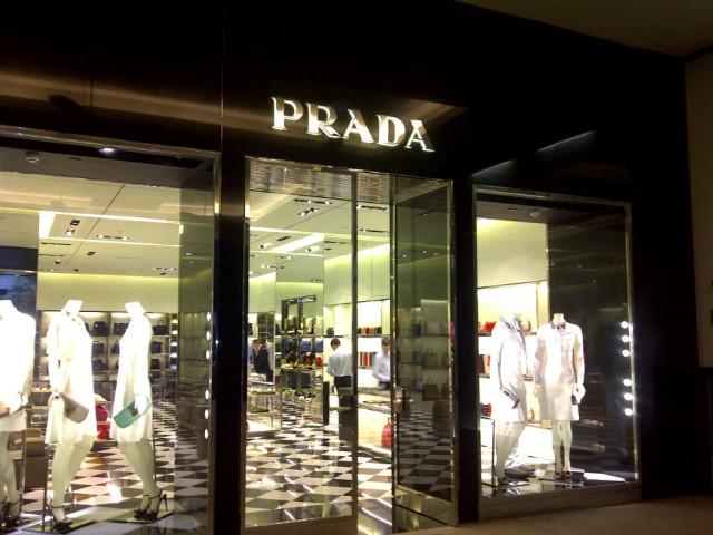 3869c2ca7 Ontem terça-feira (20.12), a Prada inaugurou sua 1ª loja da América Latina  no Shopping Cidade Jardim.