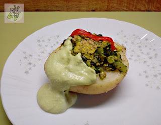 Patatas Rellenas De Tofu y Espinacas con Salsa de Aguacate.