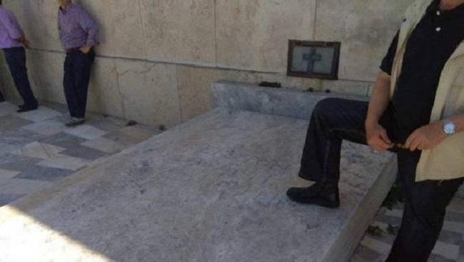 Η φωτογραφία που έχει εξαγριώσει το διαδίκτυο: Κομπολόι, μαγκιά και το πόδι στο κενοτάφιο του Άγνωστου Στρατιώτη