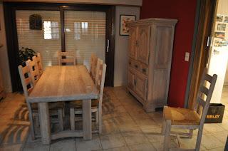 tafel stoelen en bar gerenoveerd