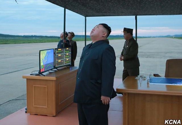 Kim Jong-un observando el lanzamiento del misil