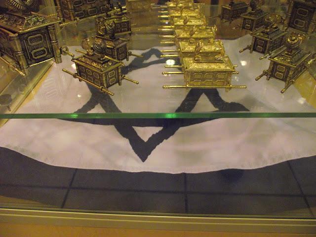 Arquivo pessoal de Charles Netto A arca da Aliança e miniaturas e a Bandeira de Israel...