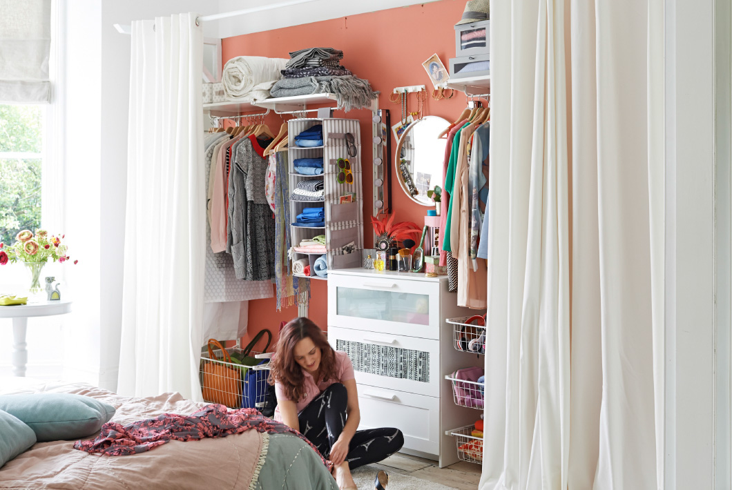 De lunares y naranjas renueva tu habitaci n en ikea con for Cortinas para armarios empotrados