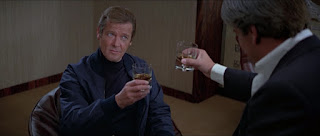 Roger Moore als James Bond in For Your Eyes Only mit Chaim Topol