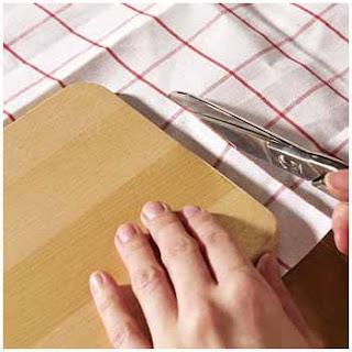 Cortar la tela y dejar un sobrante para dobladillo