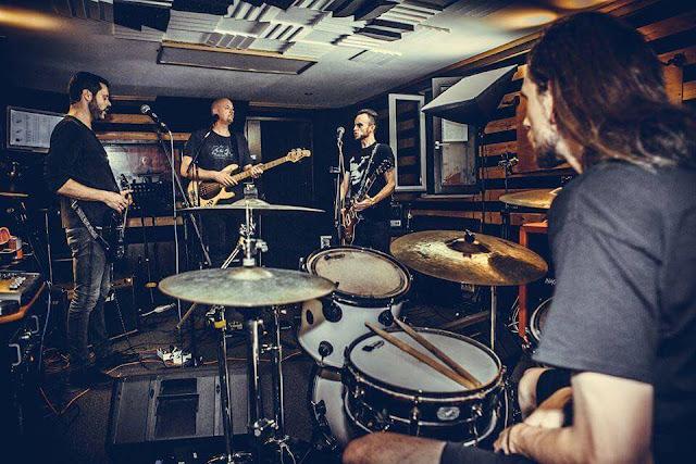 """Finger Lick nous offre un mixe plein d'émotion et de rage qui, à l'instar de """"One Way Ride"""" est capable de tout balayer sur son chemin."""