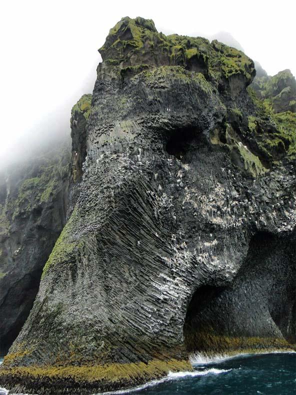 Un elefante parece emerger desde un acantilado en Islandia