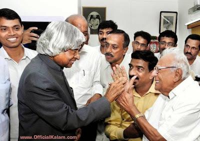 Former President A.P.J. Abdul Kalam wishing veteran jurist V.R. Krishna Iyer on his 100th birthday, at his residence in Kochi on Thursday. Photo: Vipin Chandran