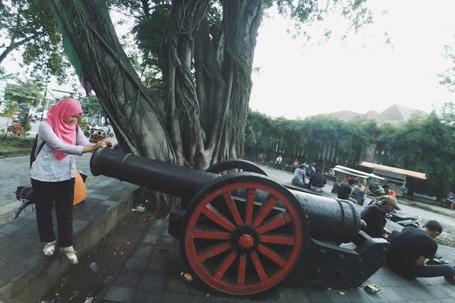 Meriam di depan gerbang Taman Sriwedari Solo
