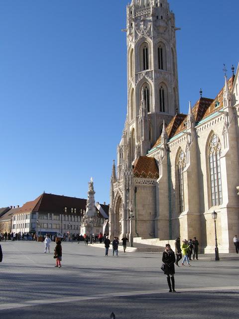 zona din fata bisericii Matthias