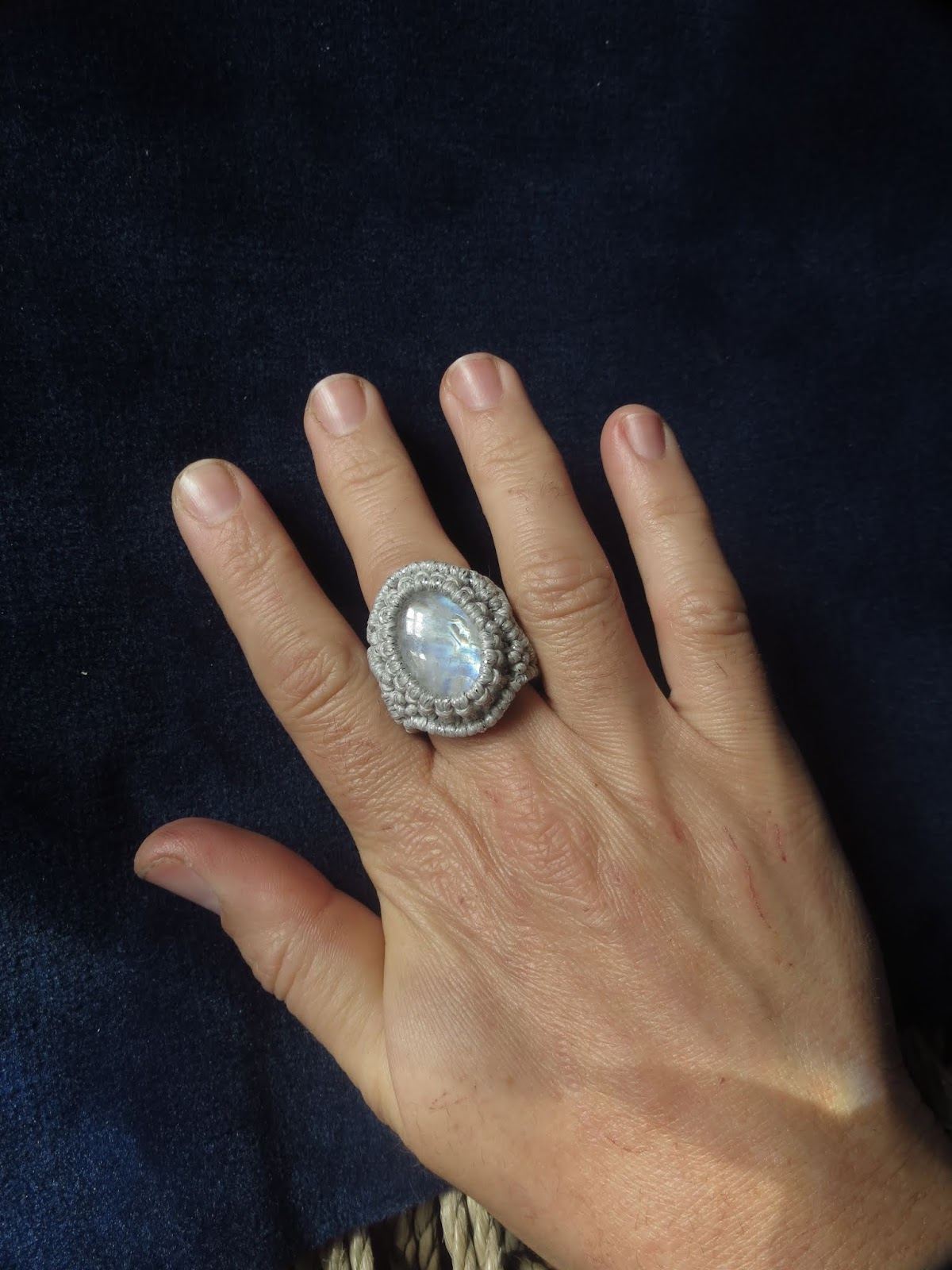 0dcd4cb06c79 the4lmnts: Anillo con piedra lunar arcoiris