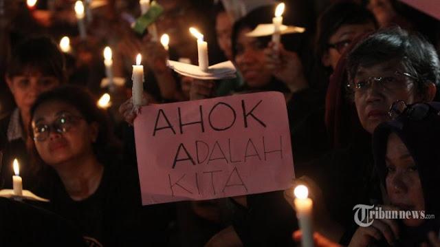 Aksi solidaritas pendukung terpidana Ahok menyalakan lilin