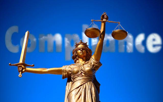 fOTOMINTAJE IMAGEN DE LA JUSTICIA SOBRE UN CIELO AZUL  y una nube con las letras compliance