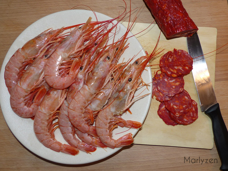 Décortiquez les crevettes, émincez le chorizo.