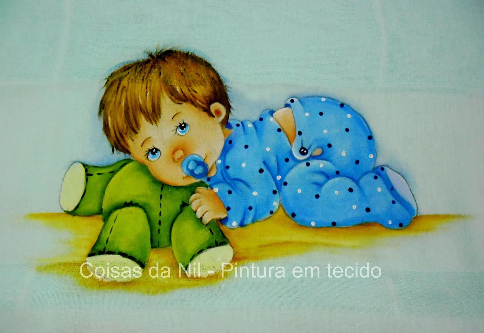 pintura em tecido fralda com menininho deitado sobre ursinho verde