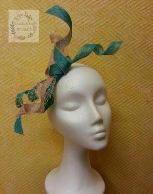 tocado para boda con bies de sinamay bicolor en verde jade y beige