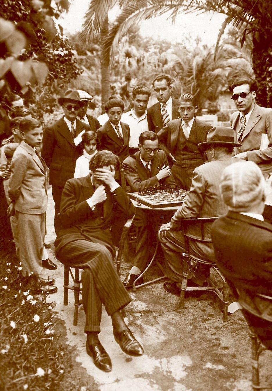 Àngel Mur jugando a ciegas en los Jardines de Arnús en 1933