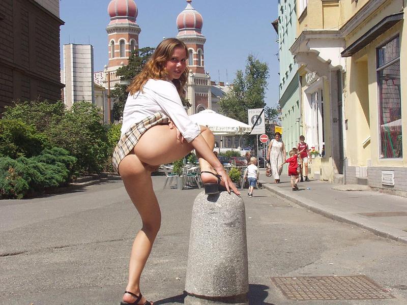 Без нижнего белья в городе видео онлайн, порно девушка показывает свою пизду
