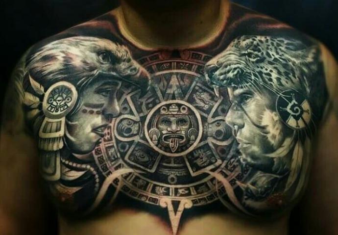Tatuaje azteca y maya de dos guerreros enfrentados cara a cara