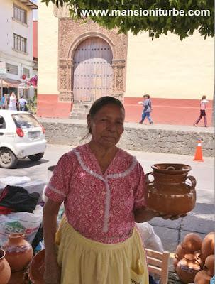 Artesana de Michoacán en Uruapan en el Tianguis de Domingo de Ramos