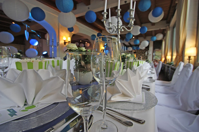 Hochzeit in Blau, Weiß, Grün, Tischdekoration - center pieces table decor wedding navy blue, green, white - Großes Kino - Hochzeit im Riessersee Hotel Garmisch-Partenkirchen, Bayern - Wedding in Garmisch, Bavaria  #riessersee #hochzeitshotel #Garmisch #Bavaria #Bayern #heiraten #Hochzeit #Kino-Motto #wedding venue #abroad