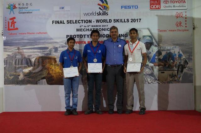 Mr. Sailesh Shetty – Vice President, Toyota Kirloskar Motor with the winning contestants