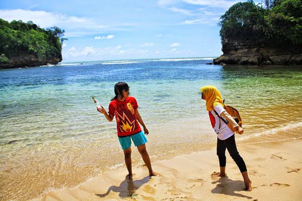 Mbak lagi Foto di pantai Ngliyep malang
