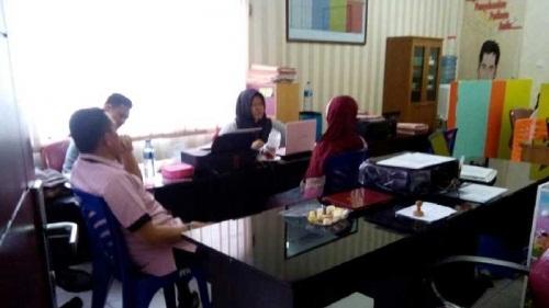 Pemilik Yayasan Tunas Bangsa, Lili saat menjalani pemeriksaan di Unit PPA Polresta Pekanbaru