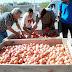 Productores regalaron fruta en reclamo de mejores condiciones de venta