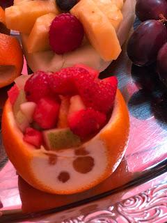 Obstsalat in der Frucht, Bunte Sommerblumen-Hochzeit am See und in den Bergen, Riessersee Hotel Garmisch-Partenkirchen, Bayern, nahe der Zugspitze, Hochzeitsplanerin Uschi Glas