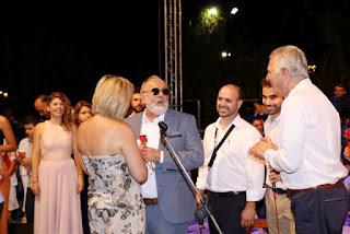Ο Π. Κουρουμπλής δίνει αναμνηστικό στη Ρίτα Αντωνοπούλου