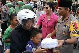 Peduli Sesama Dan Sosialisasi Keselamatan Berlalulintas Polres Cirebon Berbagi Takjil Jelang Buka Puasa