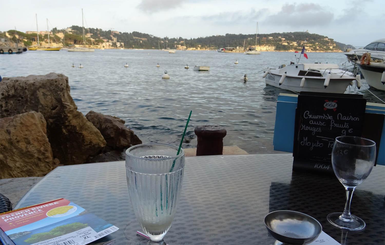 2 Gläser Auf Tisch Meer Felsen Villefranche Sur Mer Frankreich