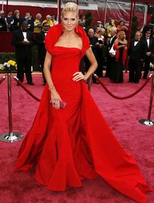 Foto de mujer con vestido largo y rojo de gala en Alfombra roja