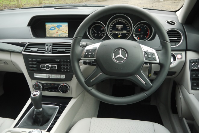 Mercedes-Benz C220 CDI BlueEfficiency Executive SE cockpit