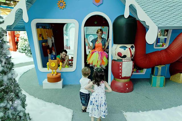 Dos ninios en una casita de juguete
