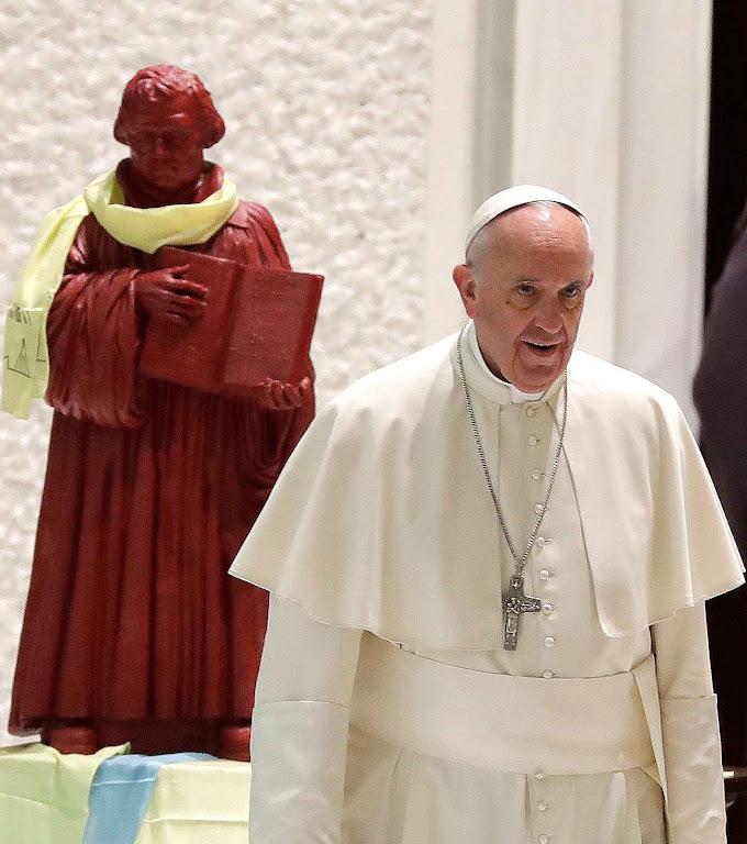 Papa Francisco recebe luteranos com estátua do heresiarca no Vaticano.