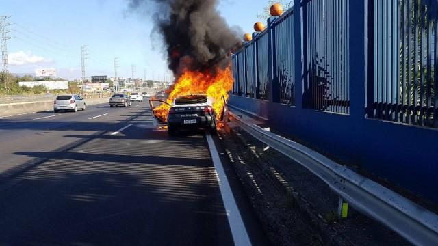 RIO DE JANEIRO - Bandidos atacam carro da Polícia Civil, e agente é baleado na cabeça