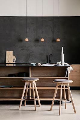 Cocina de diseño minimalista color oscuro y con materiales de madera