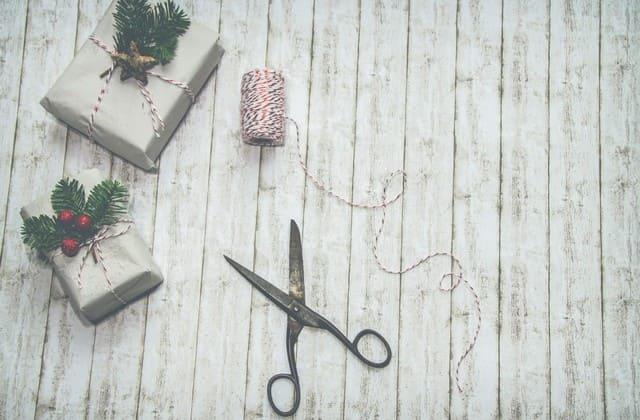Peralatan memotong seperti gunting dan cutter wajib kamu miliki!