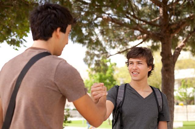 mladici-koji-su-dobri-iskreni-prijatelji