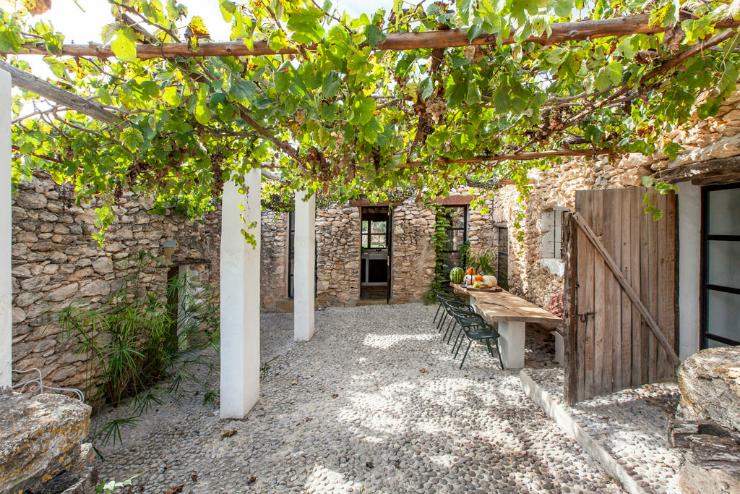 Paraso de piedra caa y madera en Ibiza  La Bici Azul