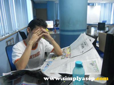 STRESS : Menumpuknya pekerjaan di kantor sering membuat anda stress.  Lanjutkan di rumah jika perlu.  Foto Asep Haryono