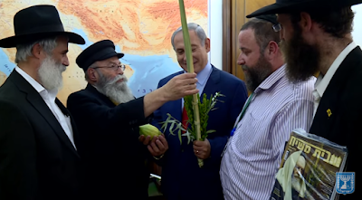 El primer ministro israelí, Benjamin Netanyahu recibió las cuatro especies utilizadas durante la fiesta judía de Sucot y escribió una letra en hebreo en un rollo de la Torá.