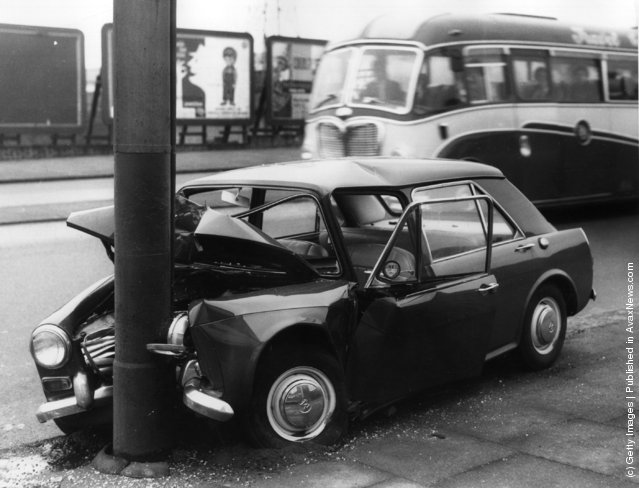 old pictures of car accidents in london vintage everyday. Black Bedroom Furniture Sets. Home Design Ideas