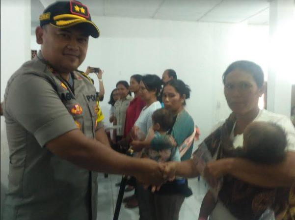 Kapolres Toba Samosir AKBP Agus Waluyo saat menyampaikan Bantuan sosial PKH kepada salah seorang penerima manfaat.