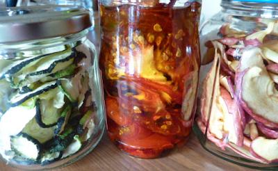 légumes et fruits sèches dans des bocaux