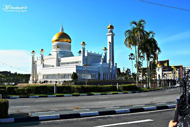http://www.lakwatserangligaw.com/2016/01/sultan-omar-ali-saifuddien-mosque-one.html